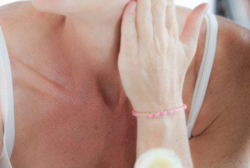 Femme qui se masse le cou avec du beurre de karité