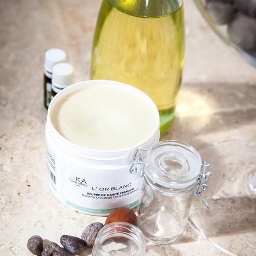 Ensemble de produits pour créer ses propres cosmétiques : beurre de karité, huile de jojoba, huiles essentielles