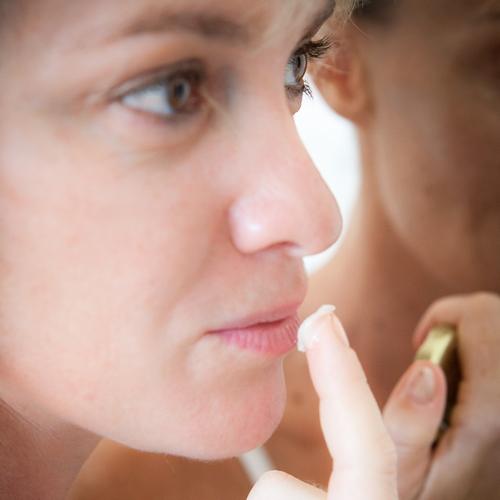 Utilisation de beurre de karité sur les lèvres