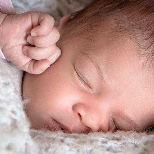Visage de bébé qui dort tranquillement